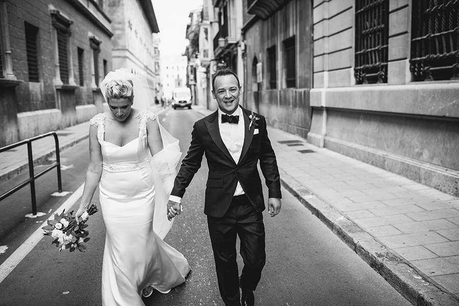 BRIDE AND GROOM WALKING THROUGH THE CITY OF PALMA DE MALLORCA.